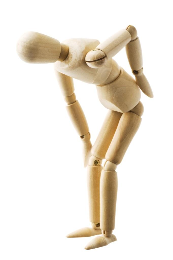 Holzpuppe symbolisiert Schmerz